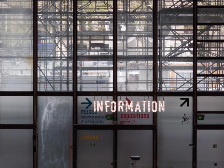 Information Schriftzug Überlagerung auf Glasfassade Plateforme
